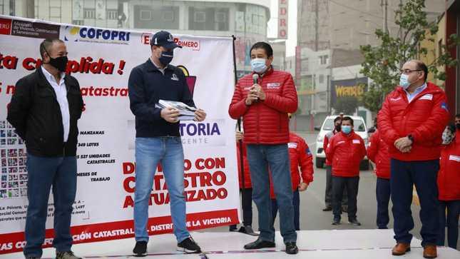 Ministro de Vivienda entrega informe catastral Urbano al distrito de La Victoria