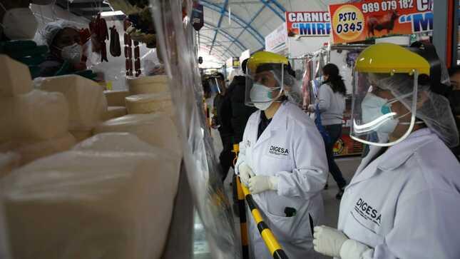 Minsa evalúa la calidad de quesos y otros productos lácteos en mercado de Los Olivos