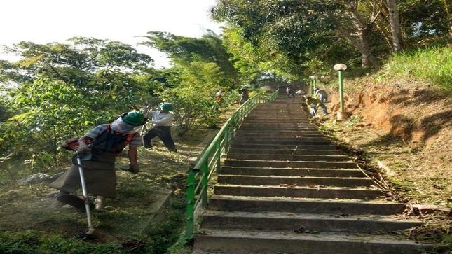 Limpieza de las escalinatas de la punta de San Juan que conduce al puerto de Tahuishco.