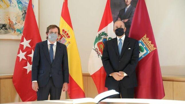 Embajador del Perú visita al Alcalde de Madrid