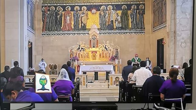 Misa del Señor de los Milagros en la Iglesia de San Francisco de Asís en el Casco Viejo