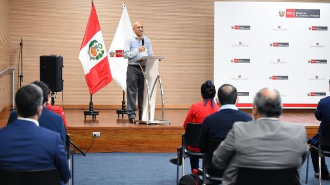 """Ministro de Economía y Finanzas, Waldo Mendoza: """"Es necesario recuperar la fortaleza económica del 2019"""""""