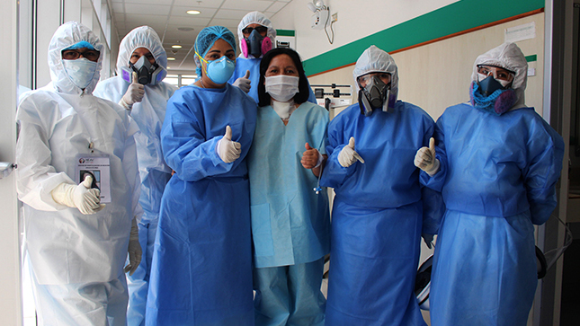 ¡Un nuevo comienzo! paciente regresa a casa tras 49 días de lucha contra la COVID-19 en el Hospital Emergencia Ate Vitarte