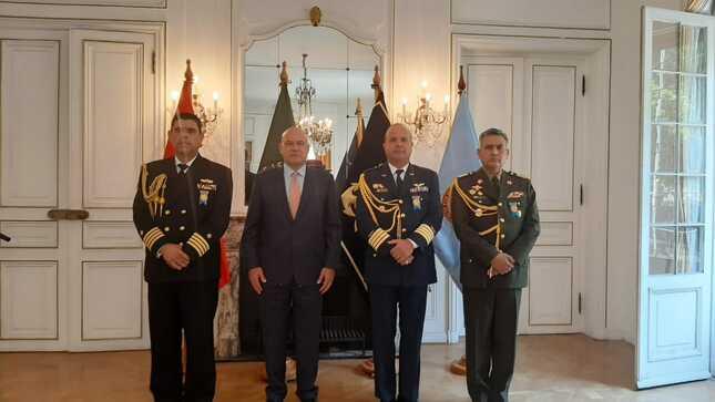 Agregados a la Embajada del Perú en Chile reciben condecoración