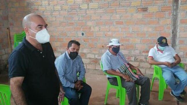 Alcalde provincial de El Dorado Elmer Gonzalez Coronel  hace entrega de calaminas a pobladores del barrio Partido Alto