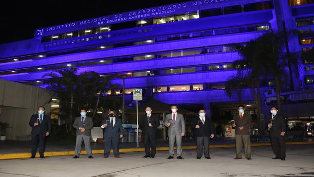 INEN ilumina su fachada de azul por el Mes Internacional de la Lucha Contra el Cáncer de Próstata