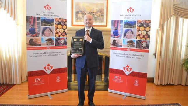 Embajador del Perú en Canadá recibe distinción del Instituto Peruano Canadiense