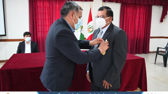 Con efusivos aplausos servidores de la municipalidad despidieron al compañero Jose Belermino Vasquez Bravo