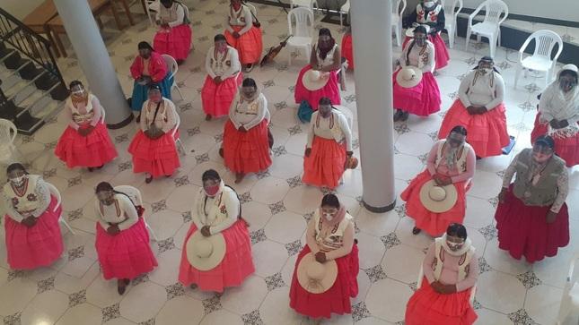 Ministerio de Cultura brinda recomendaciones sanitarias a ciudadanas del pueblo indígena Uros