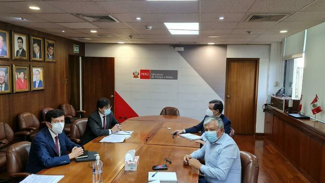 Reunión de trabajo con el Ministro de Energía y Minas El Gobernador Regional, Gerente Regional de Energía, Minas e Hidrocarburos