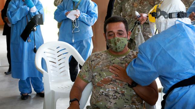 Concluyó vacunación de personal militar destacado en el norte, informó la ministra de Defensa