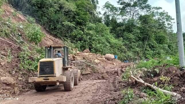 Maquinaria de la Municipalidad Provincial de El dorado se encuentra trabajando en la zona.