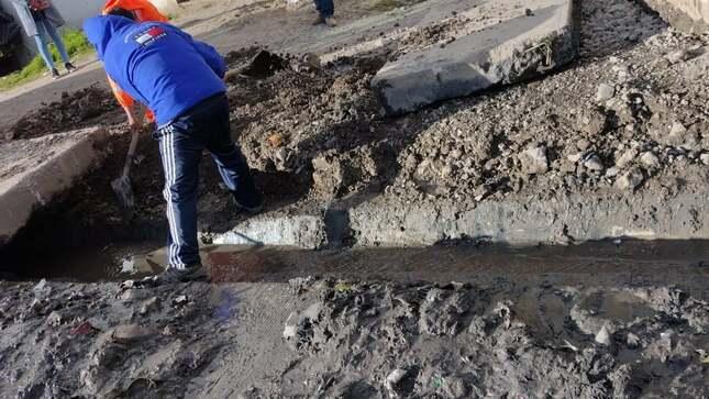 Municipalidad de Pasco realiza limpieza y descolmatación de canales y buzones en Tahuantinsuyo