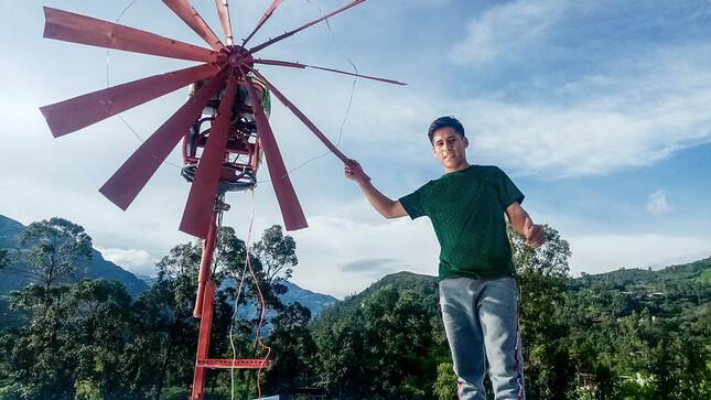 Walmer, el talento que construyó un molino de viento para generar electricidad en zona rural de Piura