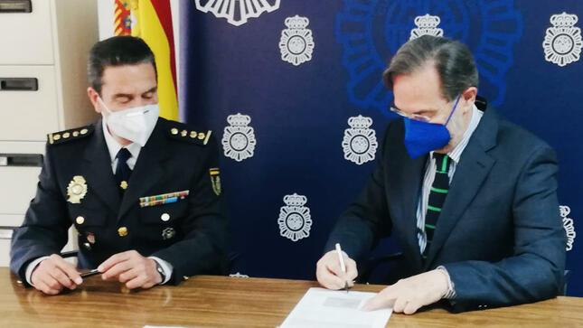 Policía Nacional española entrega en la ciudad de Sevilla dos manuscritos del patrimonio de la Nación fechados en 1753 y 1818