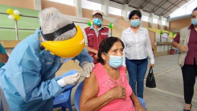 Punto de vacunación I.E, Luisa Sánchez Ramírez. 270 ADULTOS MAYORES DE 80 AÑOS DE LA PROVINCIA DE EL DORADO RECIBIRÁN LA PRIMERA DOSIS