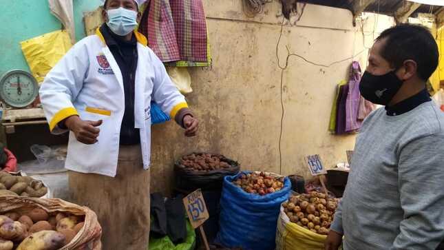 Municipalidad continúa entregando uniformes a comerciantes de los diferentes centros de abastos