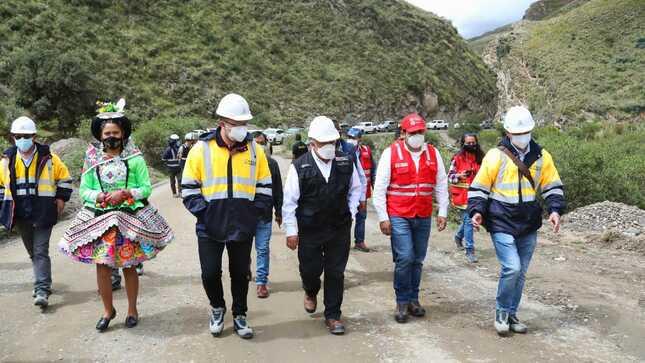 Ministro González supervisó trabajos de Proregión en vías departamentales de Huancavelica