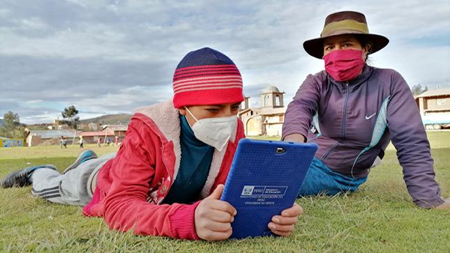 Ministro Cuenca verifica uso de tablets  por estudiantes de zonas rurales en Ayacucho