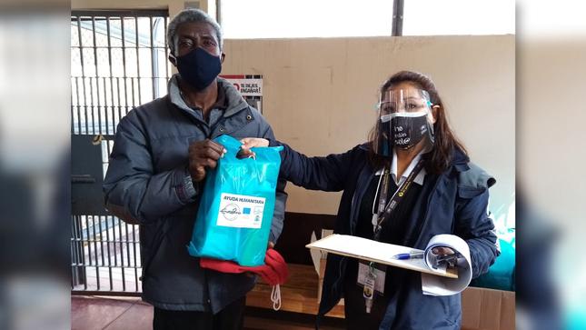 Internos extranjeros del penal de Puno reciben donación