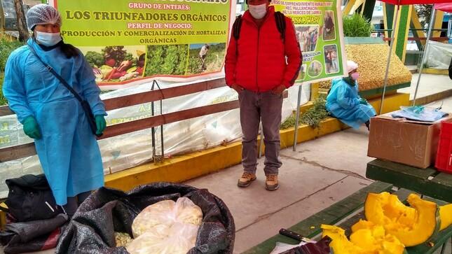 """Pequeños productores de Haku Wiñay en mercado itinerante """"De la chacra a la olla"""" en Cerro de Pasco"""