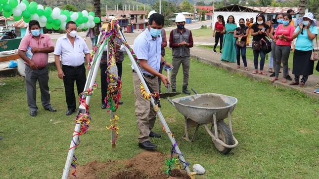 Celso León coloca la primera piedra de la actividad: LIMPIEZA, MANTENIMIENTO Y ACONDICIONAMIENTO DEL PARQUE DE LA COMUNIDAD NATIVA CUBANTIA