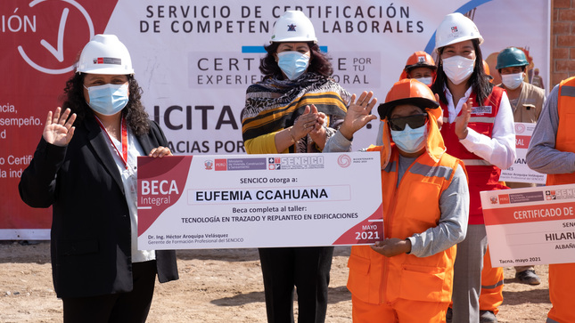 TACNA: SENCICO reconoce experiencia de mujer albañil  y le entrega certificación de competencias laborales