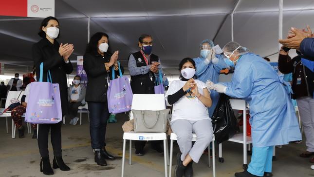Premier Violeta Bermúdez y el ministro de Salud supervisaron jornada de vacunación contra la COVID-19 en Lima Metropolitana