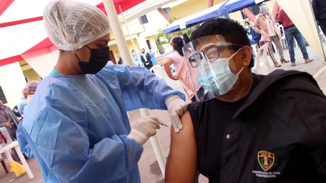 Proceso de vacunación contra la COVID-19 del personal penitenciario