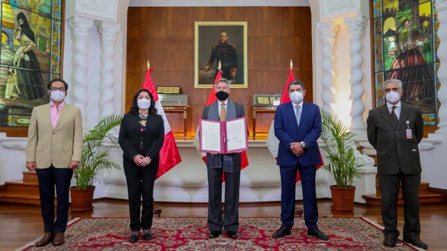 Presidente Sagasti firma autógrafa de la Ley del Sistema Nacional de Ciencia, Tecnología e Innovación