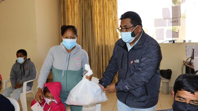 Alcalde de Ocucaje hace entrega de víveres a usuarios de OMAPED