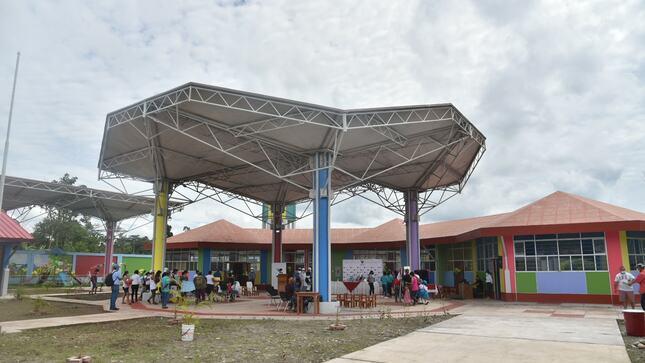 Gobernador Luis Hidalgo inaugura colegio inicial del centro poblado El Ponal en Inambari