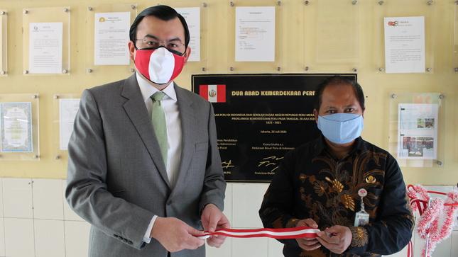 """Embajada del Perú en Indonesia devela placa conmemorativa por el Bicentenario patrio en Colegio """"República del Perú"""" de Yakarta"""