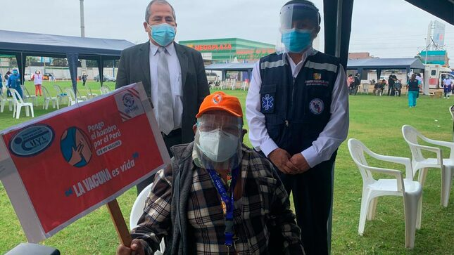 El Gerente de la UELS, participa en la campaña de vacunación contra el covid-19 para adultos mayores de 80 años