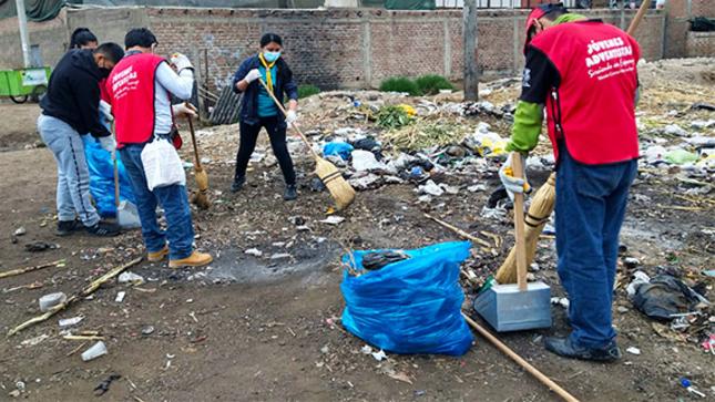Trabajando por una ciudad limpia sin residuos  solidos en la calle