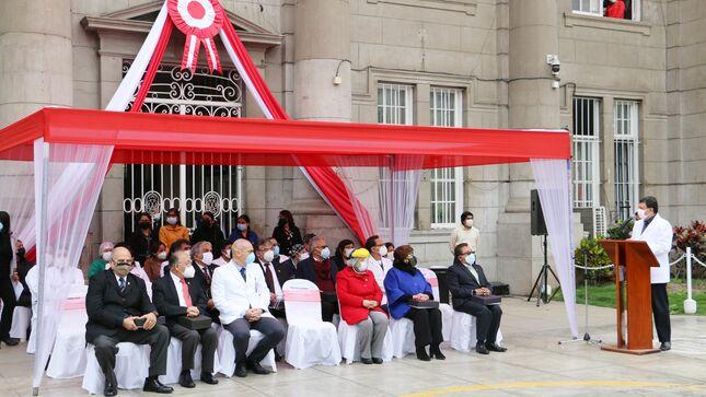 Hospital Loayza realiza reconocimiento a ex directores como parte de la celebración por el Bicentenario Nacional.