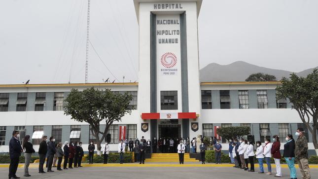 El Hospital Nacional Hipólito Unanue rinde homenaje por el Bicentenario del Perú.