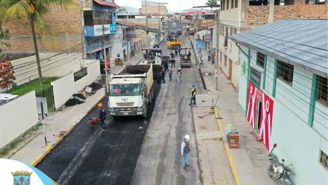 Colocación de capa asfáltica del Jr. Callao, ciudad de Moyobamba