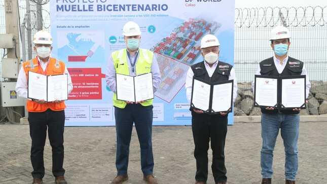 Ministro González entregó documentación para iniciar obras de la Fase 2 del Muelle Bicentenario