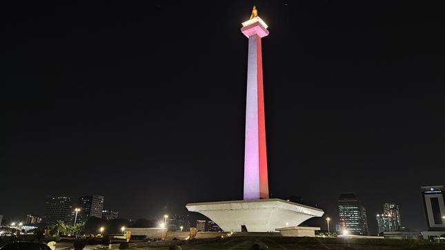 Monumento Nacional de Indonesia se ilumina con los colores de la bandera peruana