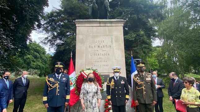 Ofrenda floral ante Monumento del General  San Martín en París