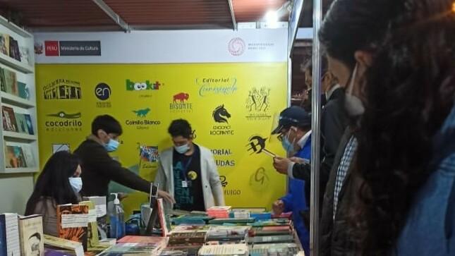 Stand colectivo de La Independiente participa en la Feria del Libro de Miraflores