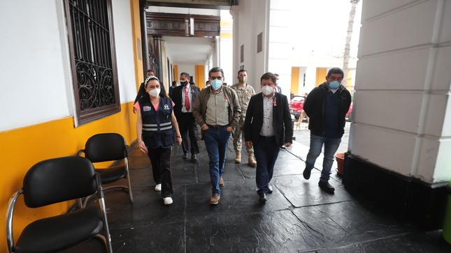 Premier y ministros de Salud y Defensa visitaron en hospital Dos de Mayo a mujer gestante gravemente herida en sismo ocurrido en Piura