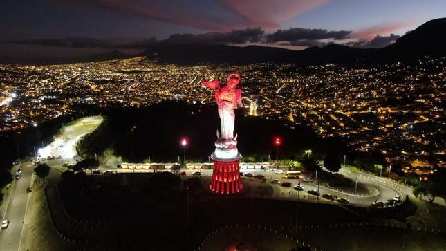 La Virgen de El Panecillo brilló de rojo y blanco el 28 y 29 de julio por el Bicentenario del Perú.