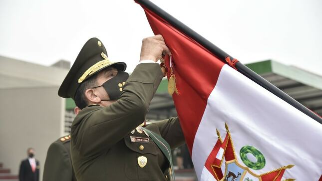 El Ejército del Perú condecora a la Bandera de Guerra del Hospital Militar Central EP Crl Luis Arias Schreiber