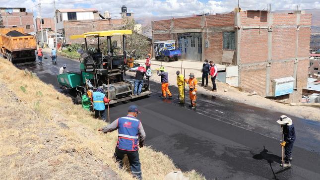 Alcalde supervisa avance de colocación de capa asfáltica en acceso al Cerrito de la Libertad