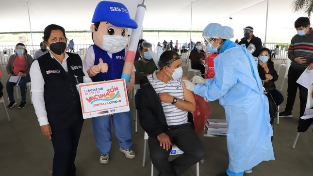 SIS transfirió S/ 6.4 millones en los últimos dos meses para pago adicional a equipos de salud encargados de vacunación contra la COVID-19