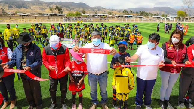 Gobernador de Ayacucho inauguró estadio de Puquio