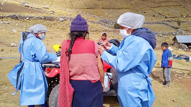 Recorren largas distancias para inmunizar a la población contra la COVID 19
