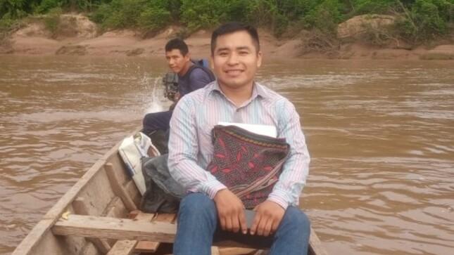 Inin Rono, el docente y poeta shipibo que viaja dos días en bote para enseñar a niños en Loreto